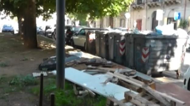 Rifiuti abbandonati nei pressi di villa Trabia a Palermo