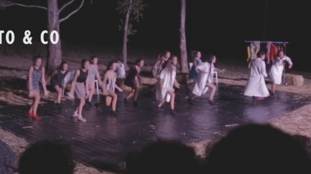 Più vicini alla natura e alla Terra, a Paceco pièce teatrali in un'arena di paglia