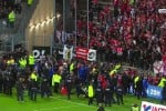 Crolla transenna durante la partita, paura allo stadio di Amiens: le immagini
