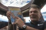 L'astronauta Paolo Nespoli con il primo fumetto mai andato in orbita (fonte: ESA, ASI)