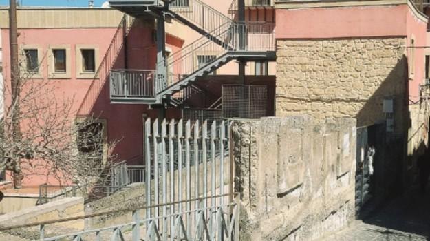 bimbo caduto scale agira, Enna, Cronaca