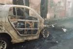 Due auto distrutte da un incendio a Biancavilla