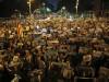 La Catalogna si ferma contro gli arresti di Sanchez e Cuixart, in migliaia in piazza