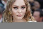Natale: Lily-Rose Depp 'illumina' Parigi