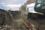 Ruspe in azione, demolita una casa abusiva a Mascalucia