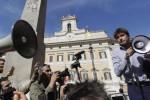 Rosatellum, il Governo pone la fiducia: bagarre in aula, l'M5S scende in piazza