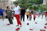 Femminicidio: panchina-monumento con scarpette rosse