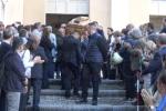 Tanti amici e colleghi per l'ultimo saluto al giornalista Marcello Clausi - Video