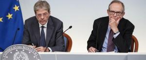 Il presidente del Consiglio Paolo Gentiloni e il ministro dell'Economia Pier Carlo Padoan