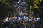 """Catalogna commissariata da Rajoy, il partito di Puigdemont: """"Un golpe"""". In migliaia in piazza"""