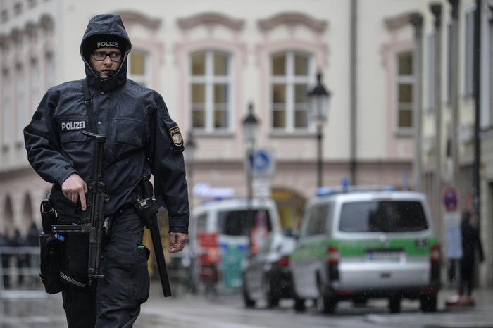 Monaco, attacco con coltello. Cinque feriti, uomo in fuga