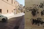 Muri imbrattati e rifiuti abbandonati in centro ad Alcamo