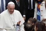 """L'appello del Papa alla buona politica: """"Sia al servizio degli altri, non serva della corruzione"""""""