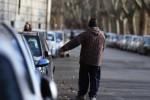 Aggredisce a calci e pugni una guardia giurata, denunciato parcheggiatore abusivo a Catania
