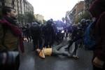 Referendum in Catalogna, tensione altissima alle urne: tafferugli e spintoni tra polizia e votanti - Foto
