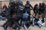 Catalogna, in centinaia in fila dall'alba: irruzione della polizia nei seggi