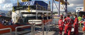 A Palermo la nave dei bambini: sbarcano 606 migranti, 241 minori - Ecco le immagini dal porto