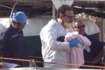 """A bordo anche neonati: nelle immagini lo sbarco della """"nave dei bambini"""" a Palermo"""