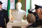 Vandalizzato e ora restaurato, il busto di Falcone torna nella scuola dello Zen