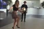 Conquistano il web i palleggi di Diletta Leotta in minigonna e tacchi a spillo - Video
