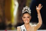 Laureata in gestione aziendale, sudafricana conquista la corona di Miss Universo: le foto