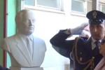 Danneggiato e poi restaurato, il busto di Falcone torna nella scuola dello Zen - Video