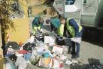 Differenziata flop ad Agrigento, montagne di rifiuti per strada