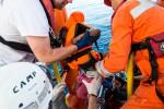 """Migranti, Ong denuncia: """"Stop ai soccorsi da Roma, barcone rischiava di affondare"""""""