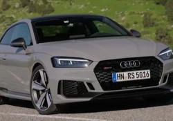 Al volante della potente Audi RS5