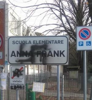 """Svastiche sul cartello della scuola """"Anna Frank"""" a Pesaro, avviate indagini"""