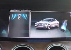 Ecco come la Mercedes parcheggia da sola