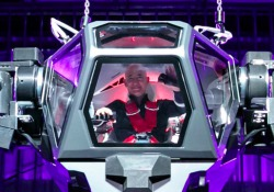 Durante un evento dedicato alla robotica, Bezos ha testato Method-2, gigantesco automa alto 4 metri