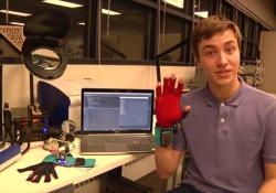 I guanti che fanno parlare la lingua dei segni