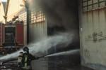 Catania, un deposito distrutto dalle fiamme