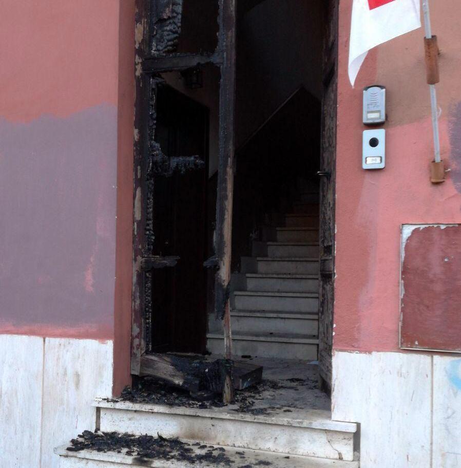 Ostia: intidimidazione contro circolo Pd, bruciato il portone