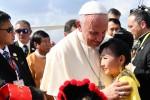 Papa Francesco al suo arrivo in Myanmar