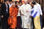 """Il Papa in Myanmar incontra i buddisti: """"Stiamo uniti contro intolleranza e odio"""""""