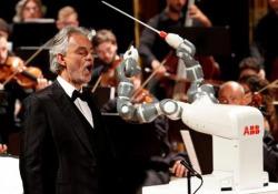 Durante il concerto di beneficenza nell'ambito del primo Festival internazionale della robotica