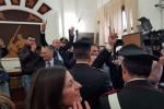 Assoluzione di De Luca, gli applausi e le lacrime in tribunale dopo la sentenza - Video