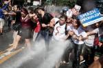 Proteste a Manila per l'arrivo di Trump, la polizia spara cannoni ad acqua sulla folla