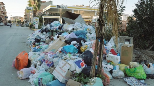 Licata sommersa dai rifiuti e dalle polemiche