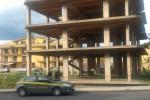 Lanciano sassi da un palazzo a Lentini, fermati tre minorenni