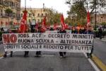 Studenti e insegnanti in piazza a Palermo contro la riforma della scuola: le immagini