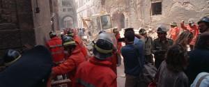 I vigili del fuoco in via dei Georgofili, a Firenze, il 27 maggio 1993, la mattina successiva all'attentato terroristico-mafioso