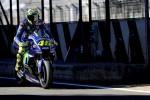 Rossi cade: Yamaha distrutta, ma lui illeso
