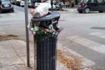 Strada sporca e cestini pieni in via Garzilli all'angolo con via Carducci a Palermo