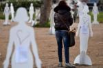 Cento sagome bianche in piazza San Marco a Roma: è l'installazione dal titolo