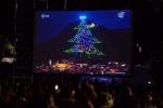 Acceso dallo spazio l'albero di Natale più grande del mondo