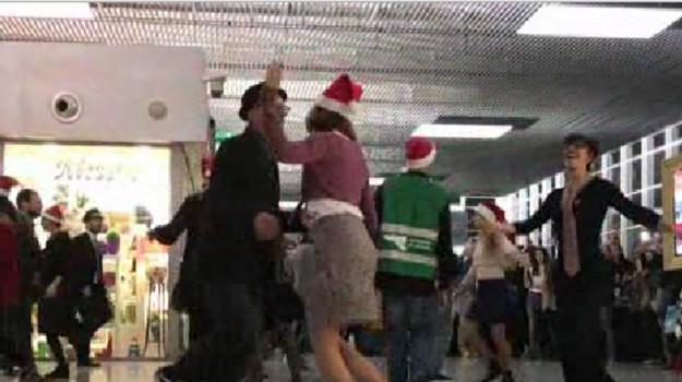 Flash mob natalizio all'aeroporto di Catania: il ballo sulle note di Jingle Bells