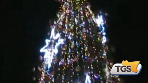 Decorato dai bambini, acceso al Politeama di Palermo il nuovo albero di Natale